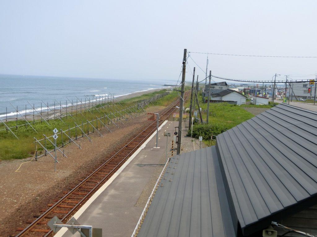 展望台から見た北浜駅とオホーツク海