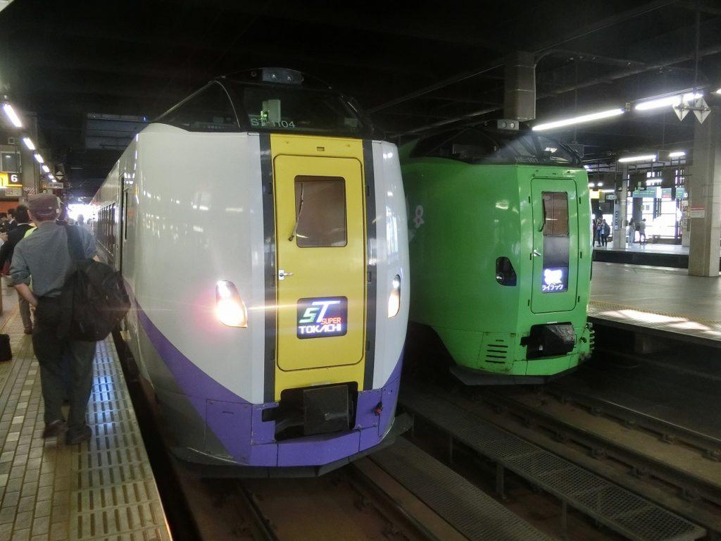 キハ261系1000番台(左)と並ぶ789系基本番台(右)