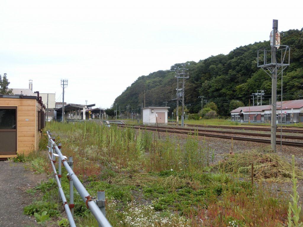 網走駅近くの駐車場から網走駅の旧0番のりばと湧網線の路盤跡を望む