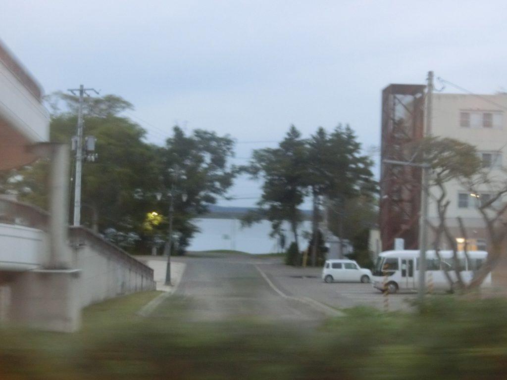 網走湖が見える石北本線女満別駅