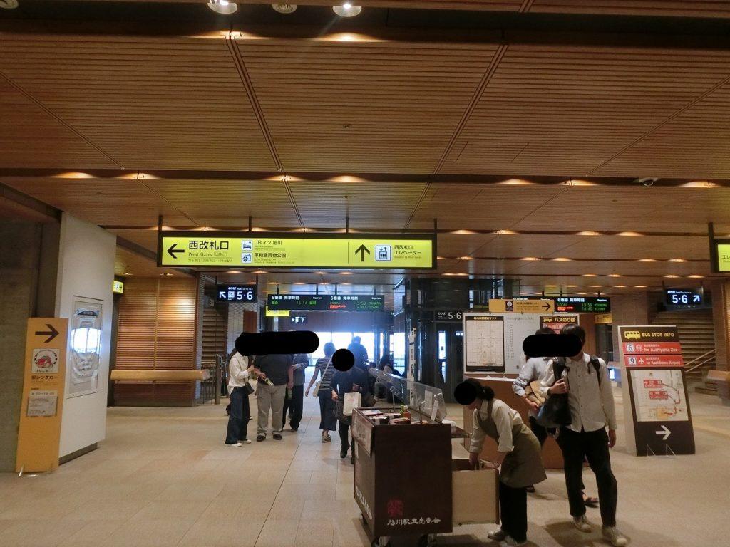 内装に木材が使われている旭川駅の乗り換え通路。