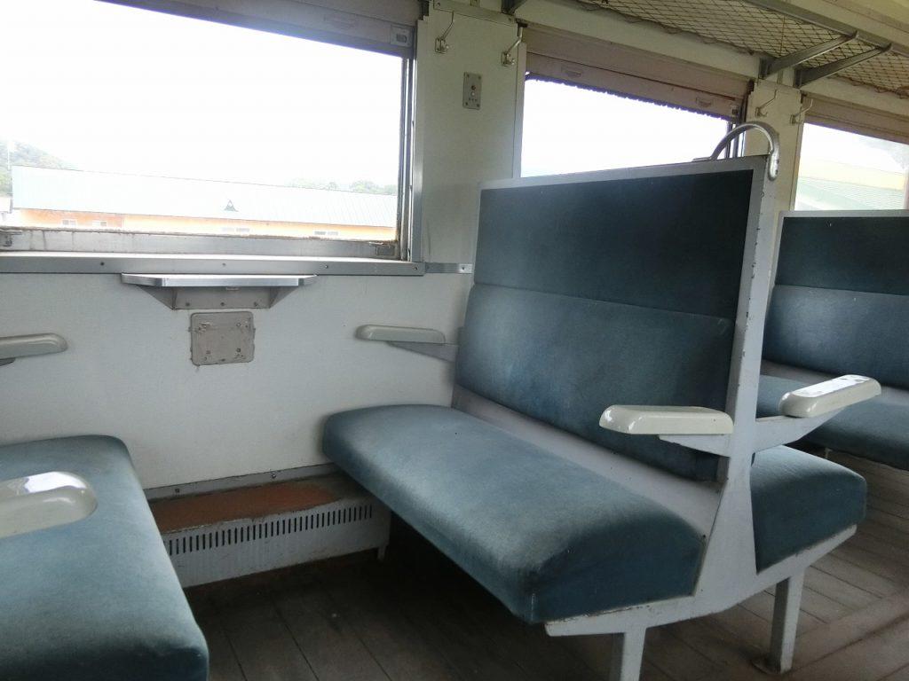 上興部鉄道資料館のキハ27形のボックスシート