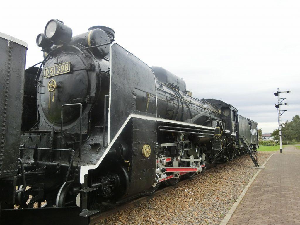 キマロキ編成の後方の蒸気機関車、D51形
