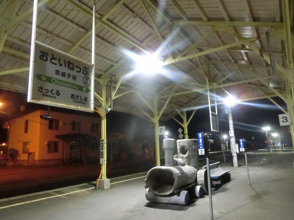 音威子府駅の夜のホーム