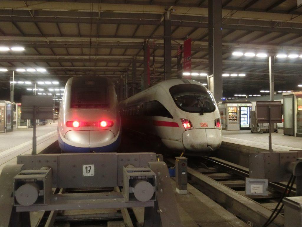 ミュンヘン中央駅で顔を揃えたフランスのTGVとドイツのICE