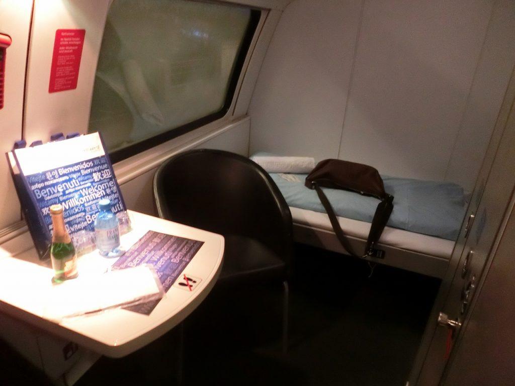 オーストリア国鉄ナイトジェットのデラックス寝台車の1人用個室内