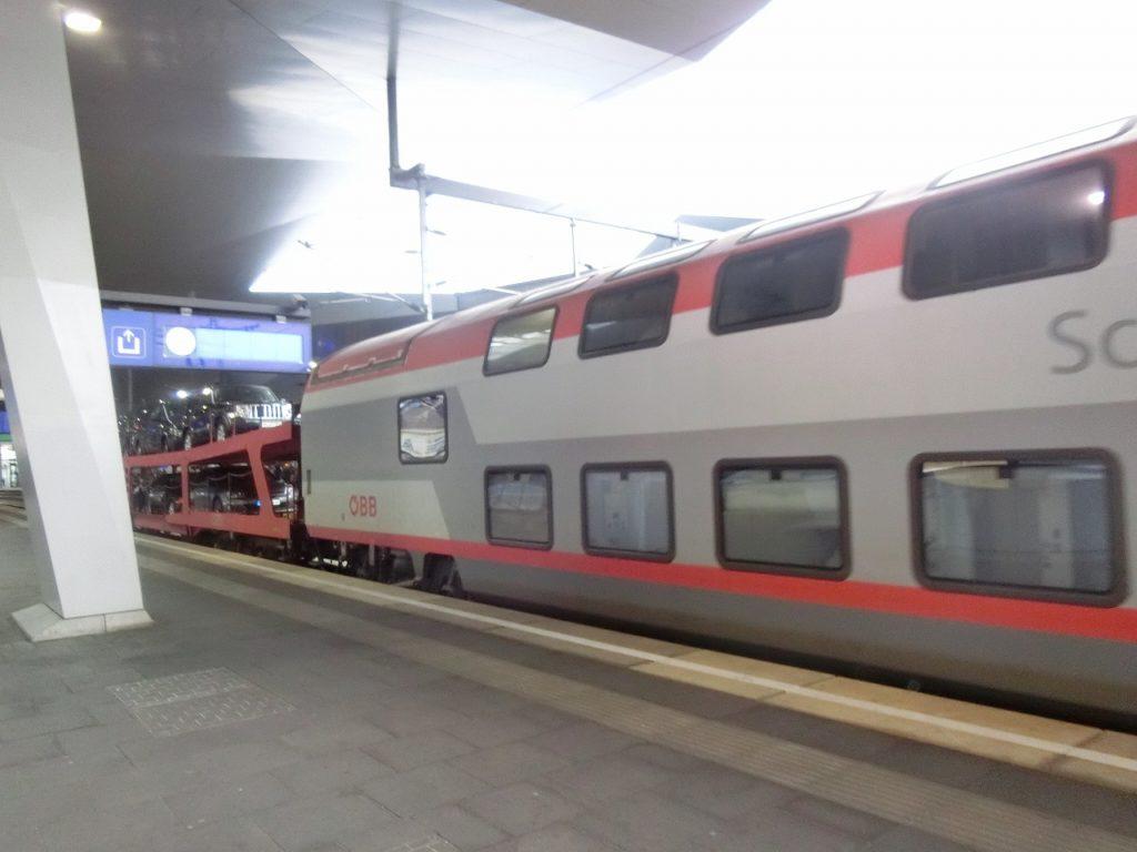 ハンブルクアルトナ駅で出発を待つオーストリア国鉄の夜行列車
