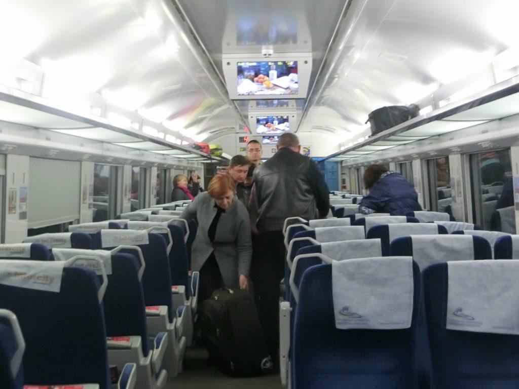 ウクライナ鉄道のインターシティ+の2等車の車内