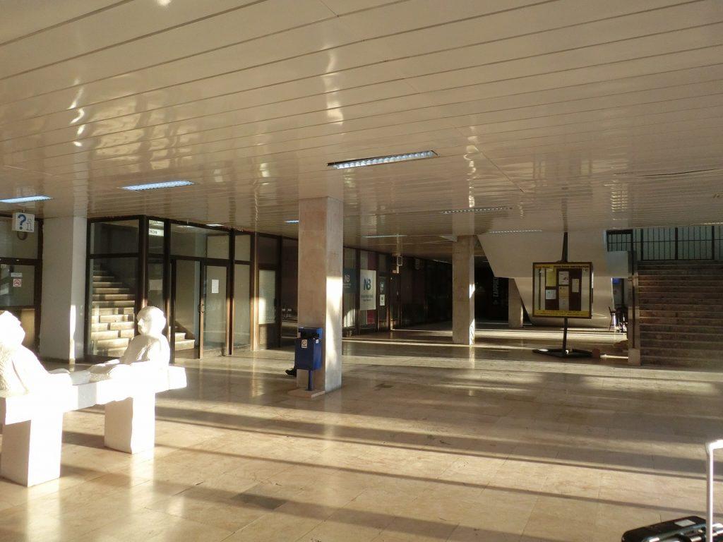 ボスニアヘルツェゴビナのモスタル駅のコンコース