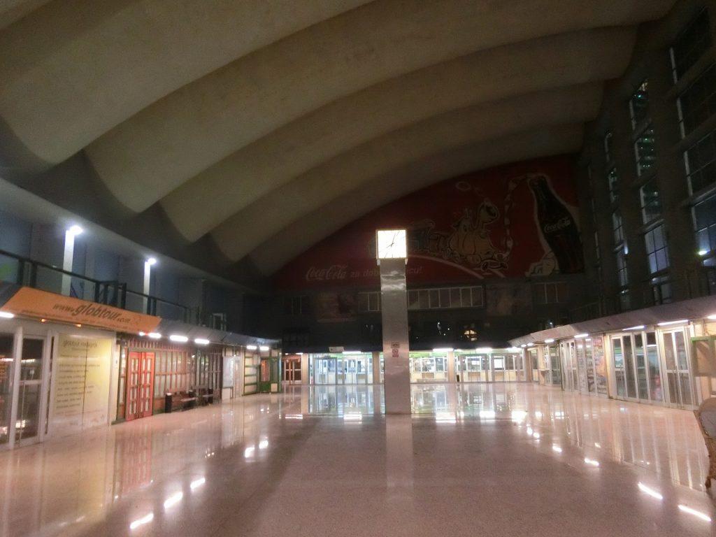 ボスニアヘルツェゴビナのサラエボ駅コンコース