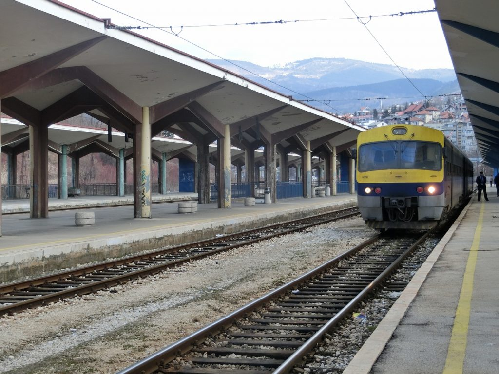 ボスニアヘルツェゴビナのサラエボ駅で出発を待つ特急列車