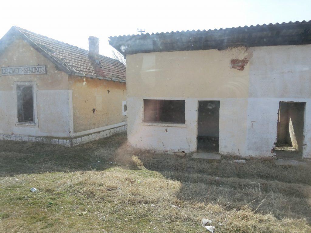 北マケドニア共和国、ビトラからスコピエまでの鉄道の廃墟のような途中駅