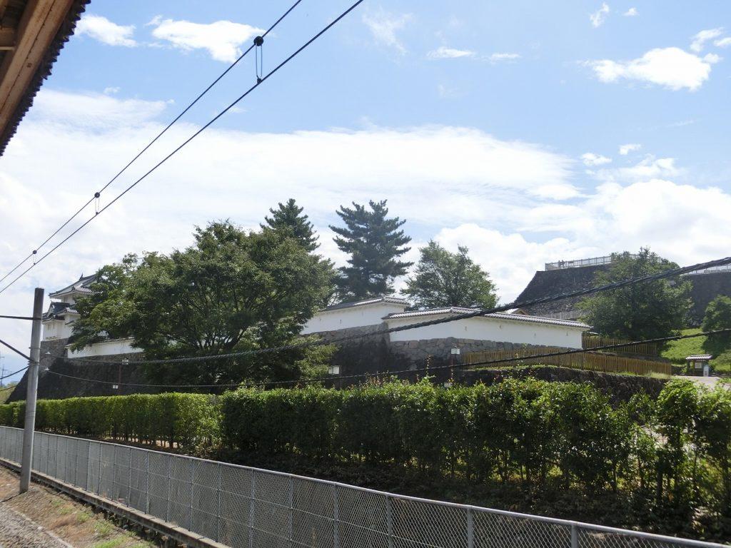 甲府駅前に建つ甲府城
