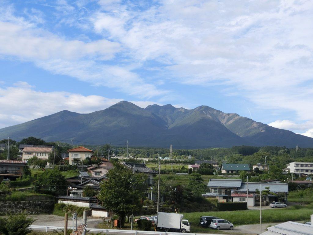 小淵沢駅の展望台から八ヶ岳を望む