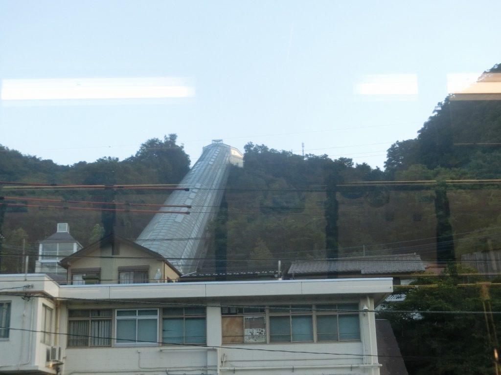 四方津駅のホームと住宅地を結ぶエスカレーター