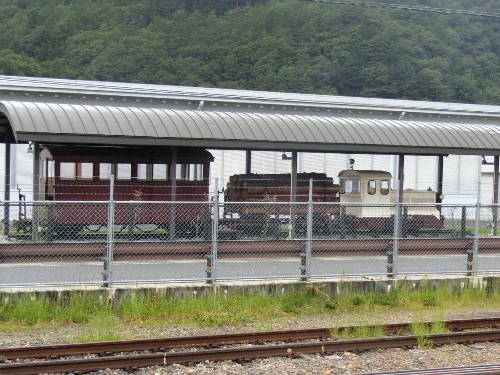 上松駅に保存されている森林鉄道の車両