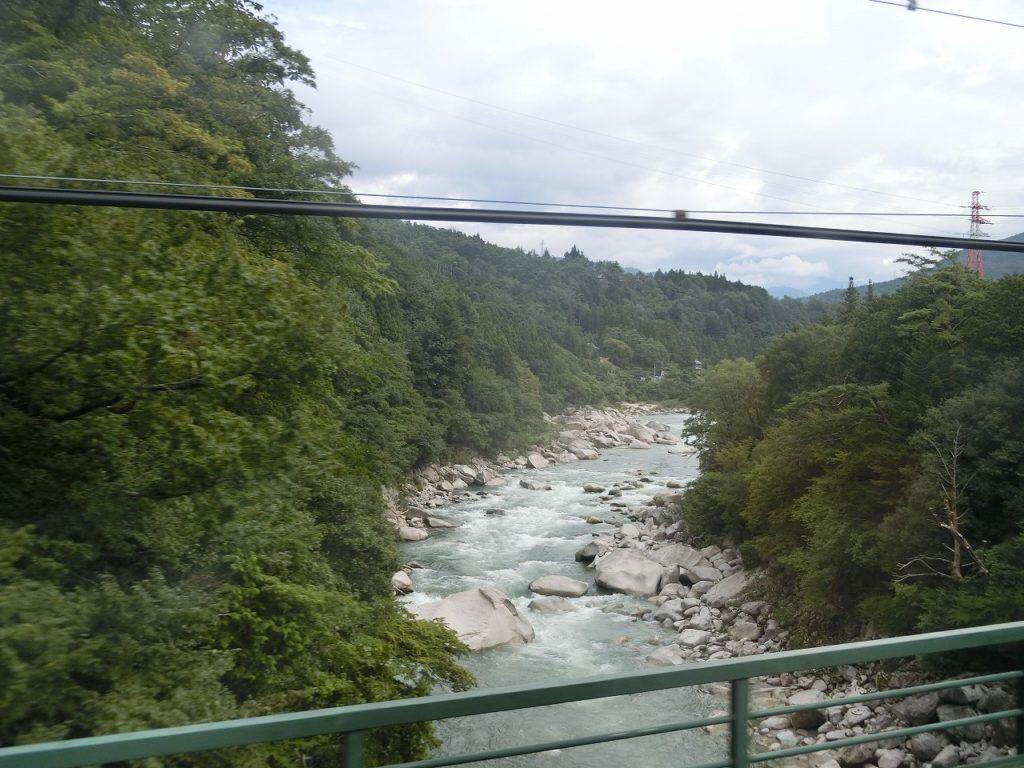 中央本線の南木曽~田立間のトンネルの合間に見える渓谷
