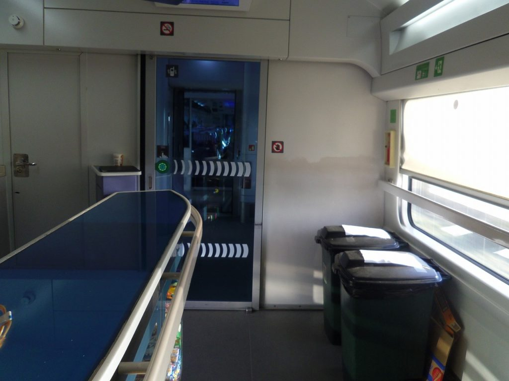 ウクライナ鉄道のインターシティ+のビュッフェカウンター