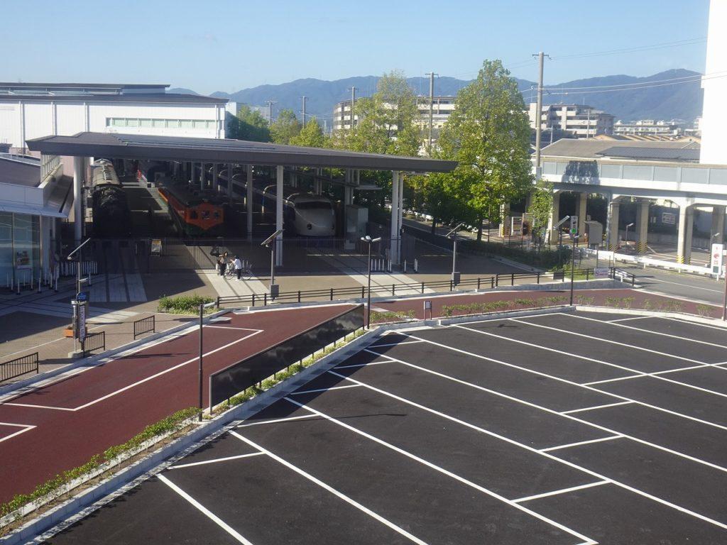 京都鉄道博物館を山陰本線の高架から望む