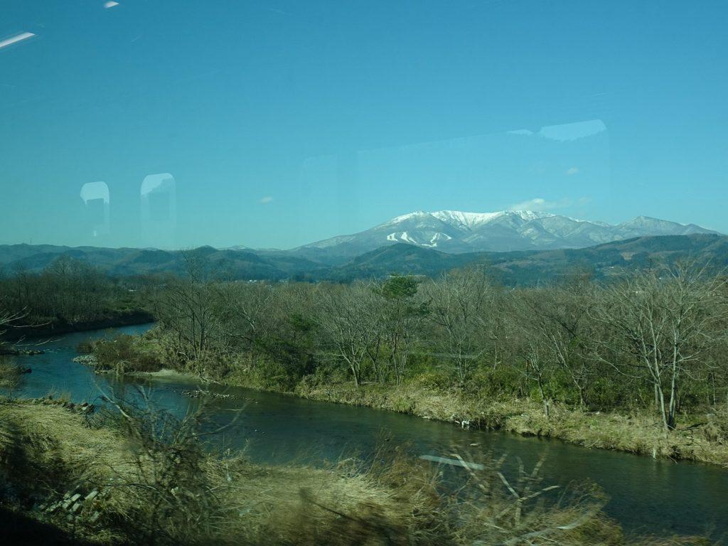 東北本線の白石川と蔵王山の車窓