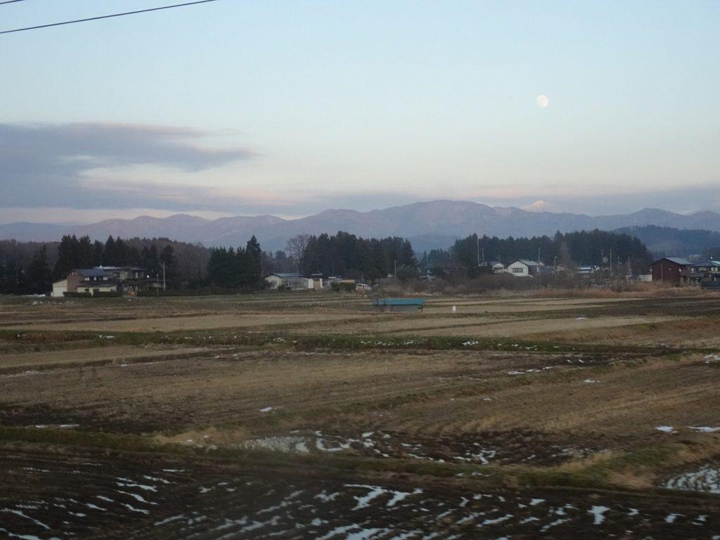 東北本線の北上山地の車窓