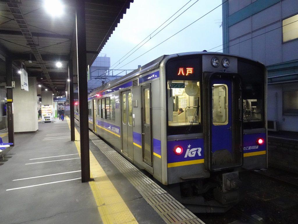 盛岡駅のはずれ、1番線から出発を待つIGR銀河鉄道の電車