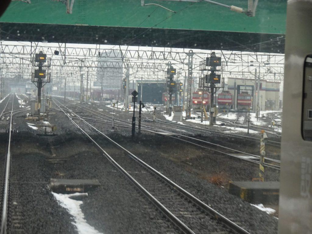 電気機関車と貨車が並ぶ東青森駅