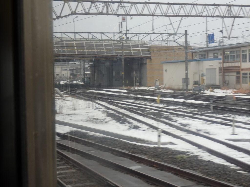 青い森鉄道の青森駅付近から奥羽本線の線路を見る