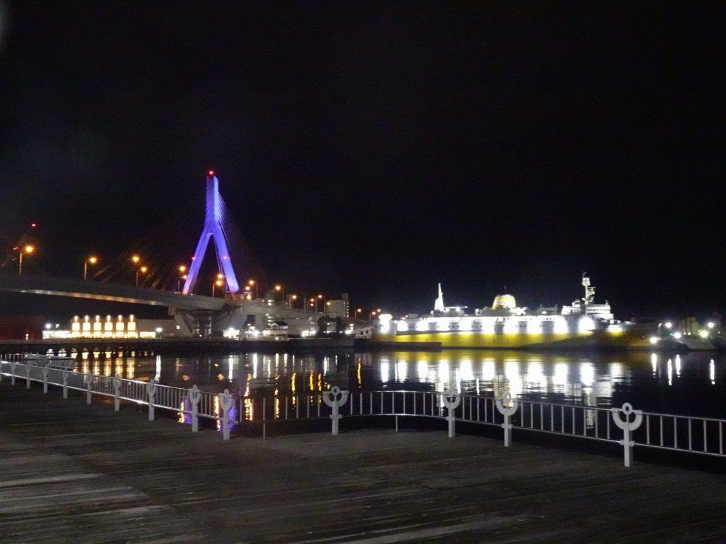 青森ベイブリッジとメモリアルシップ八甲田丸の夜景