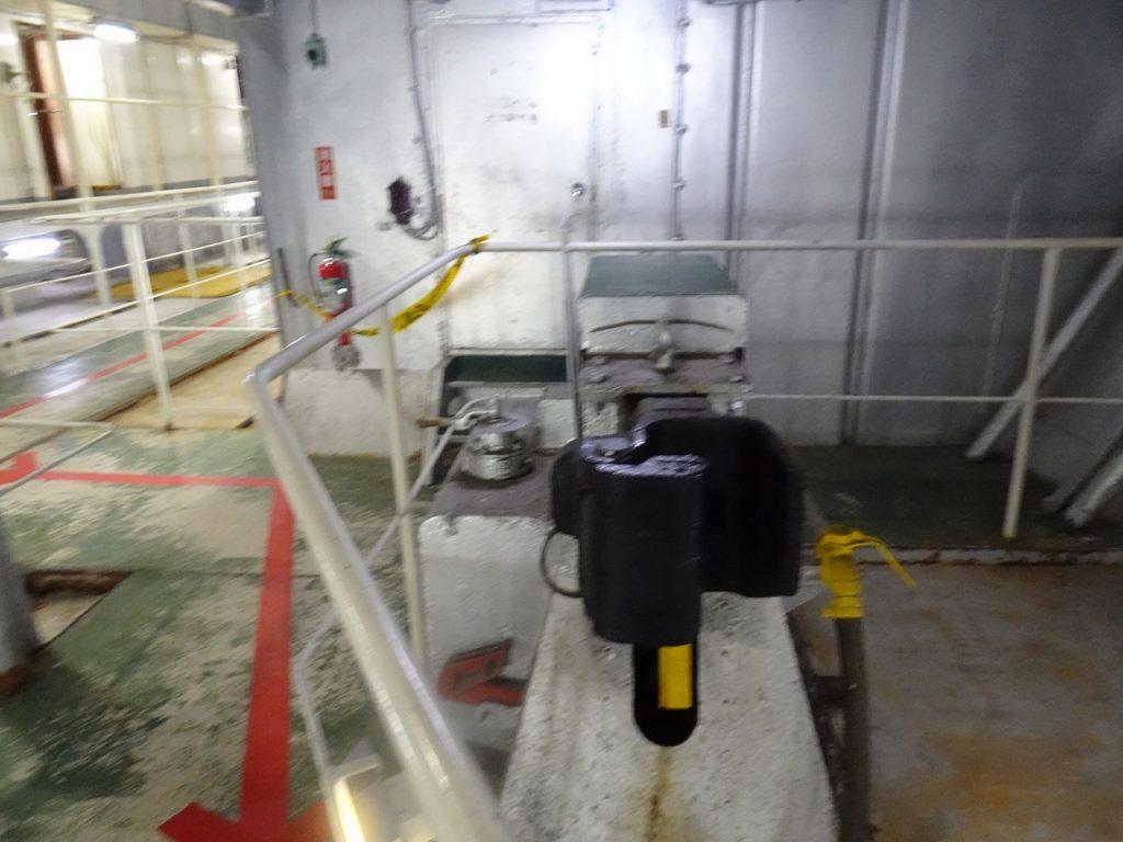 八甲田丸の車両甲板で、車止めの役割を果たす連結器