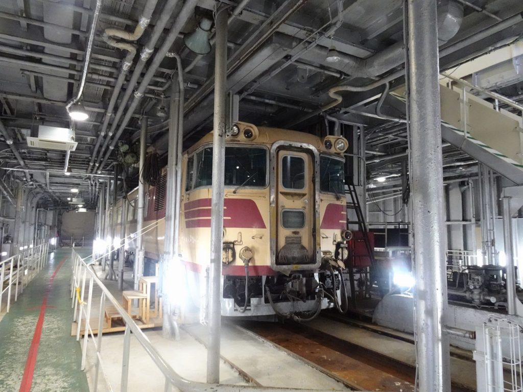 八甲田丸の車両甲板にあるキハ82形特急気動車。