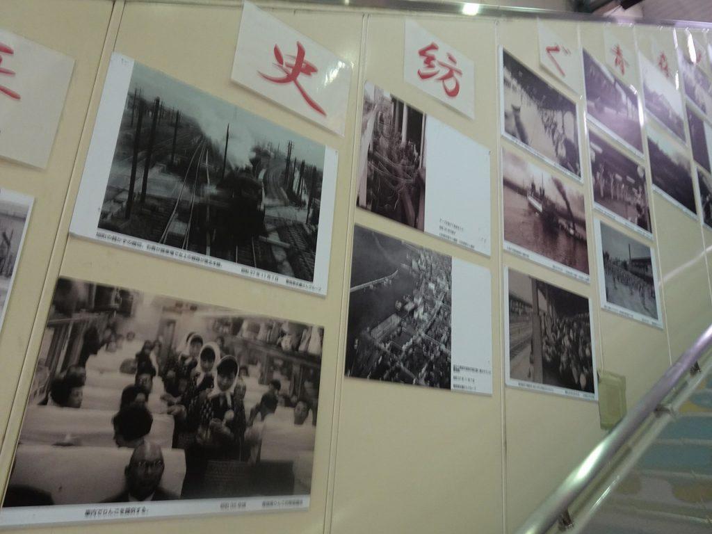青森駅の改札近くの階段に貼られた昔の写真。