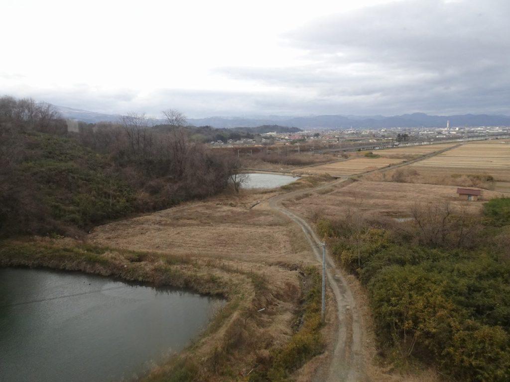 東北本線の南福島付近で、上下線が離れる。