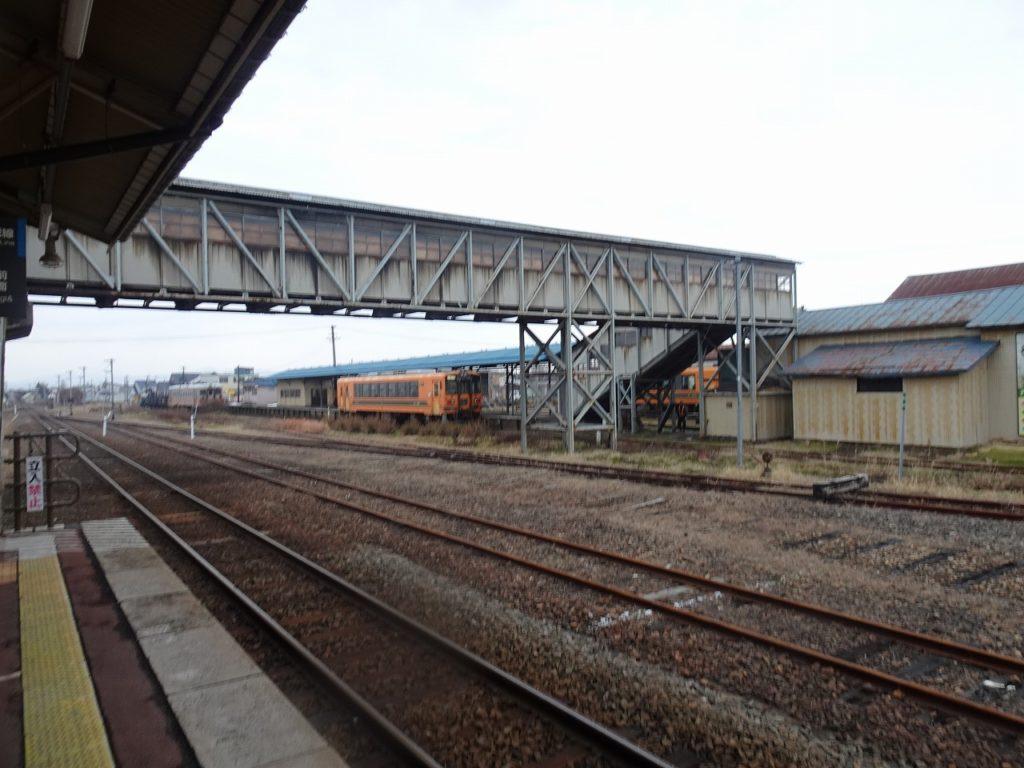 JRの五所川原駅のホームより津軽鉄道のホームを見る。