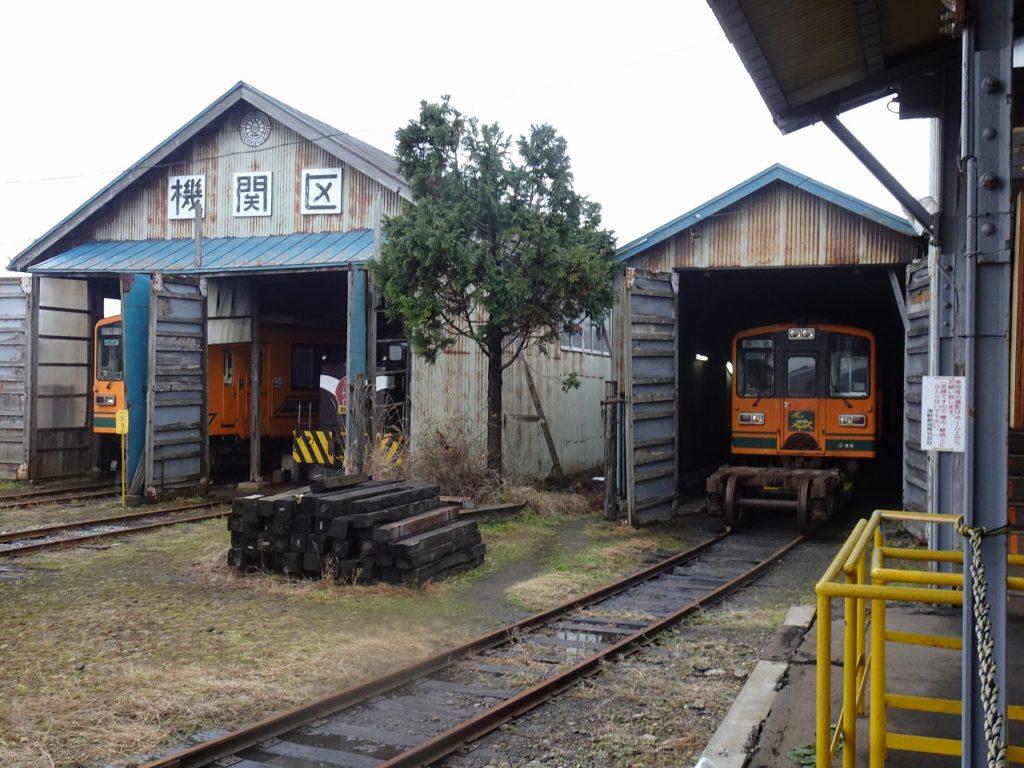 津軽鉄道の普通列車とディーゼル機関車