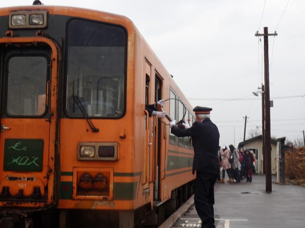 津軽鉄道金木駅でのタブレットの受け渡しの様子