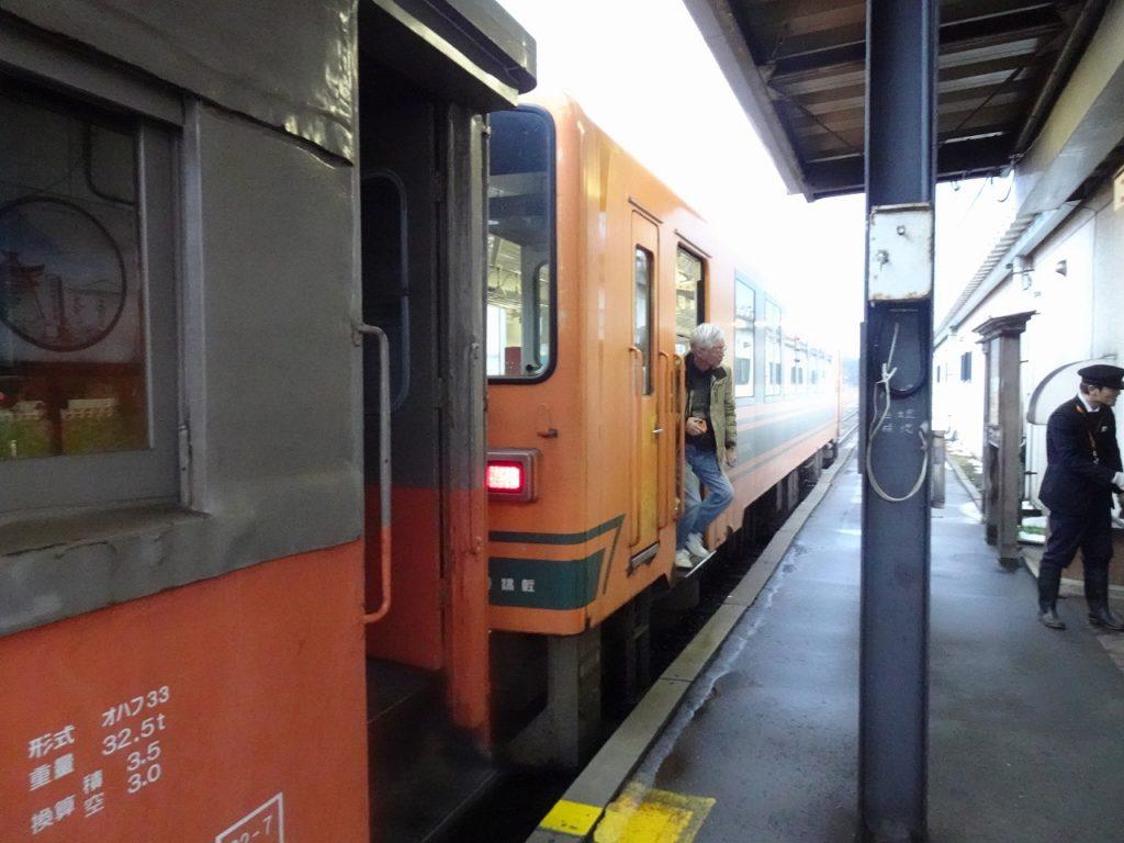ディーゼルカーが旧型客車を牽く津軽鉄道のストーブ列車