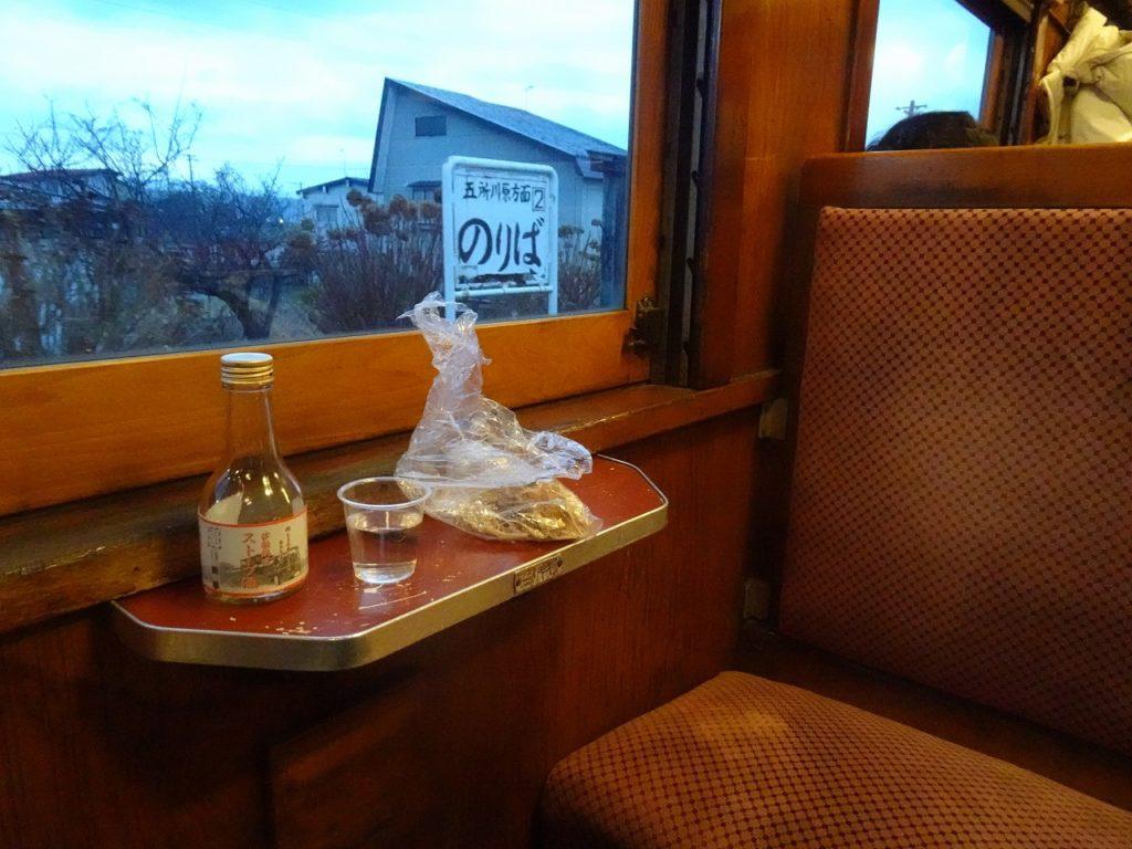 ストーブ列車で酒とスルメを堪能
