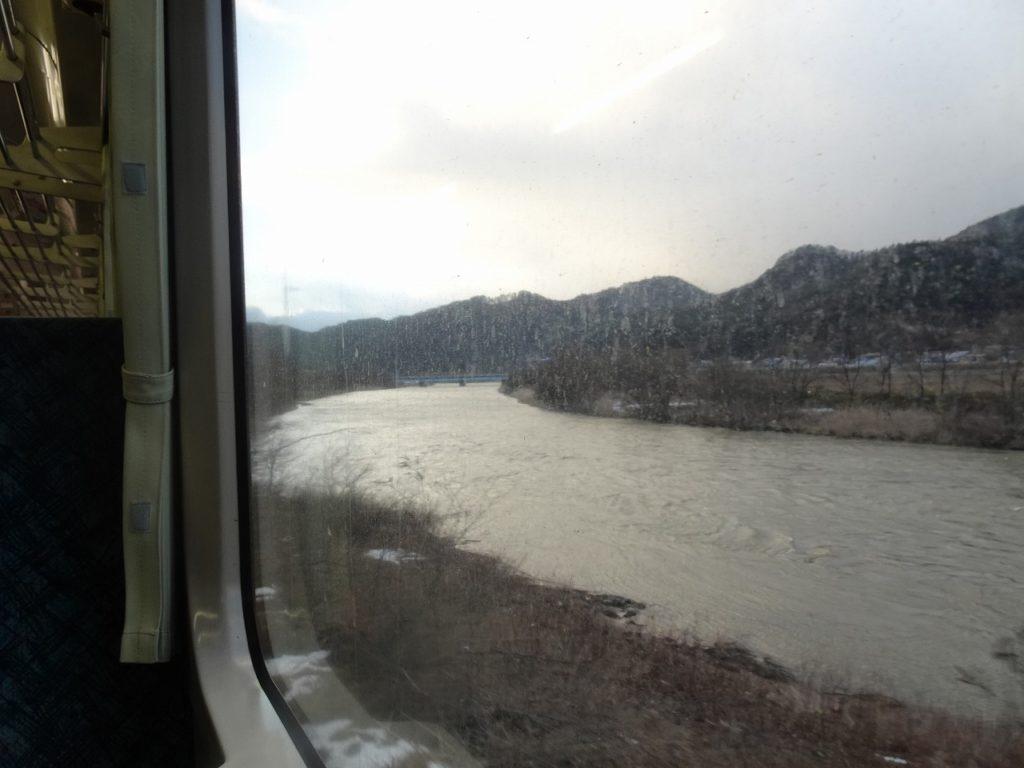 花輪線の米代川の車窓