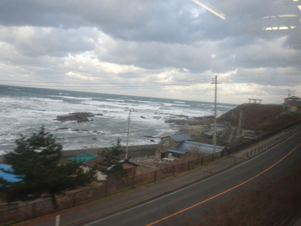 五能線の東八森駅から海岸線が見える