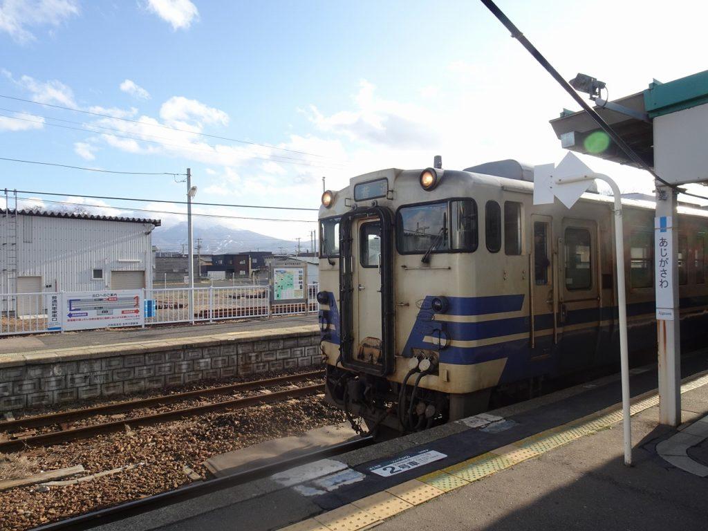 五能線鯵ヶ沢駅に停車中の普通列車