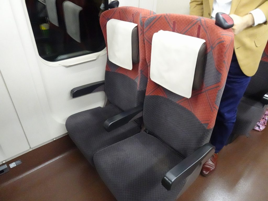 E7系の普通車の座席
