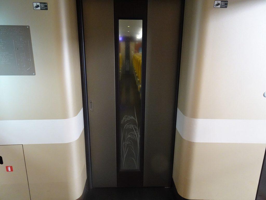 E6系の普通車客室のドア