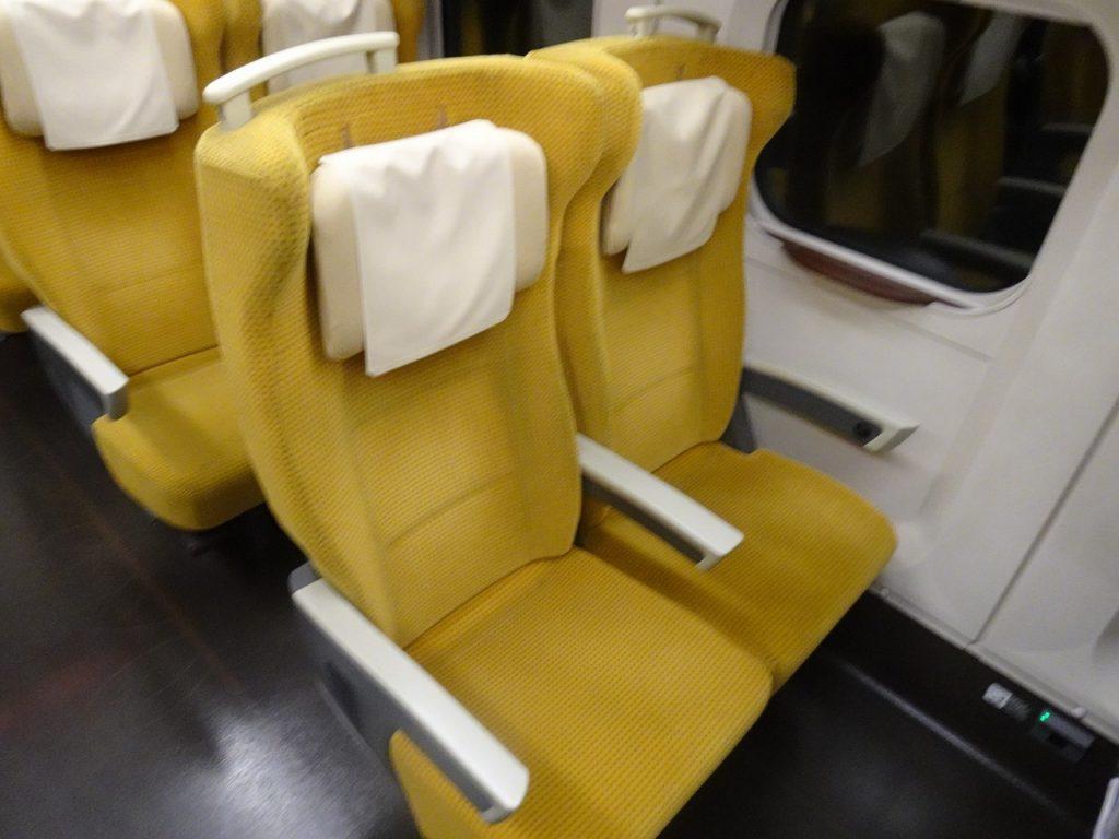 E6系の普通車の座席