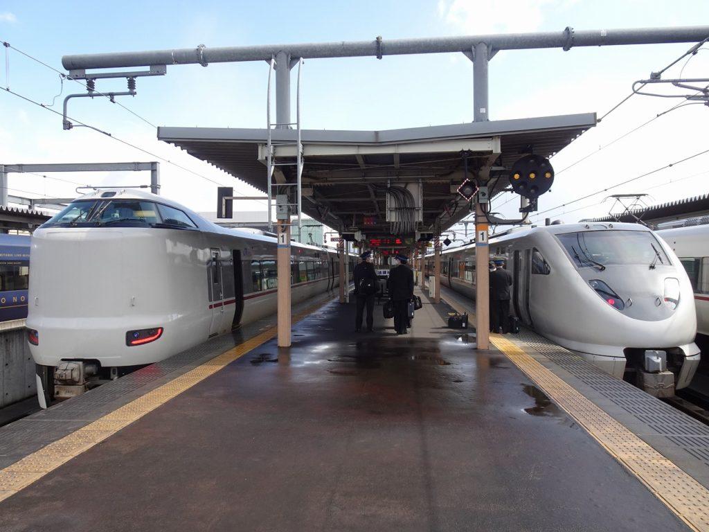 福知山駅で並んだ287系「きのさき」(左)と289系「こうのとり」(右)