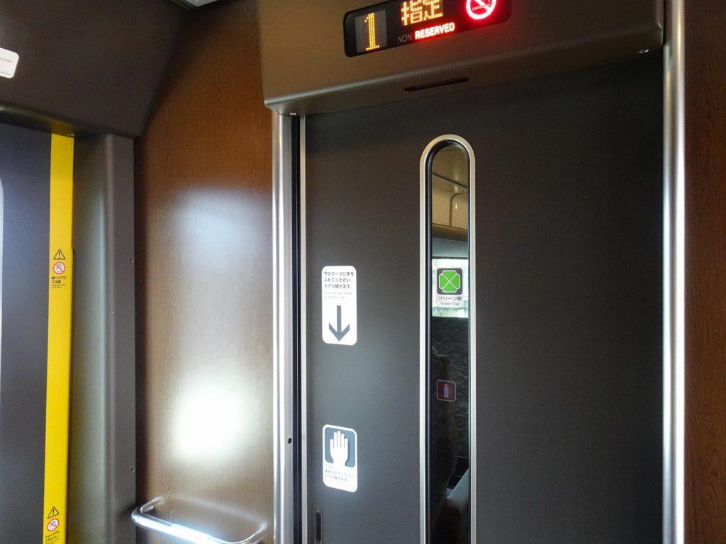 287系のグリーン車客席へのデッキ