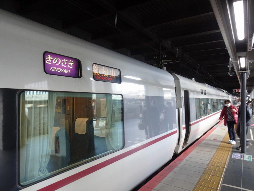 京都駅で出発を待つ287系「きのさき」