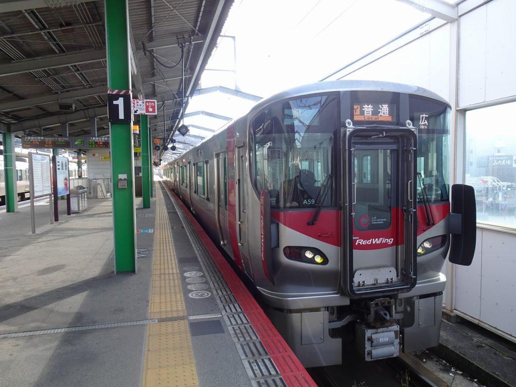 三原駅で出発を待つ呉線の227系電車