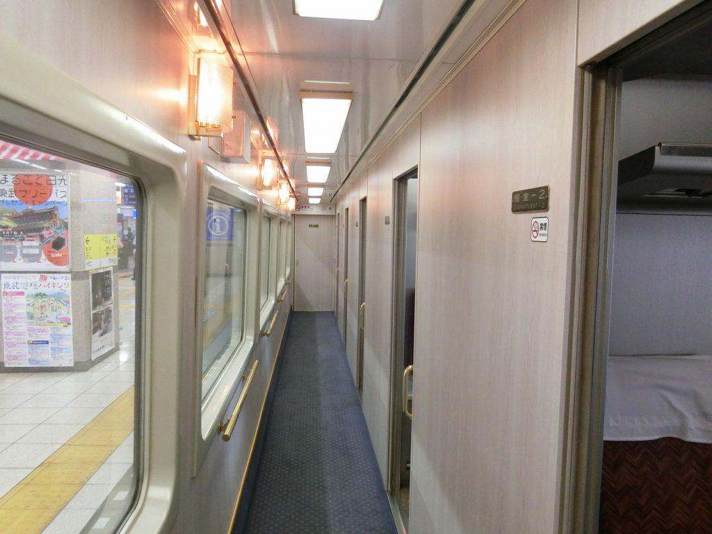 東武スペーシアの個室車両の通路