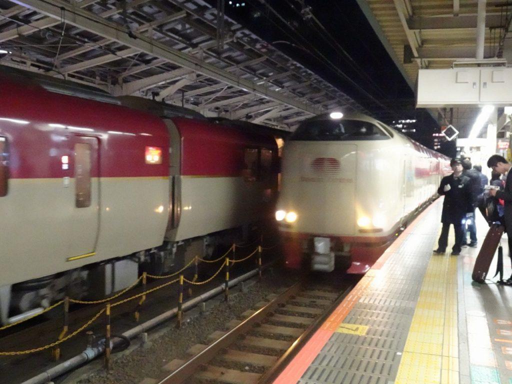 東京22時発の定期列車の発車と同時に入線する臨時のサンライズ出雲